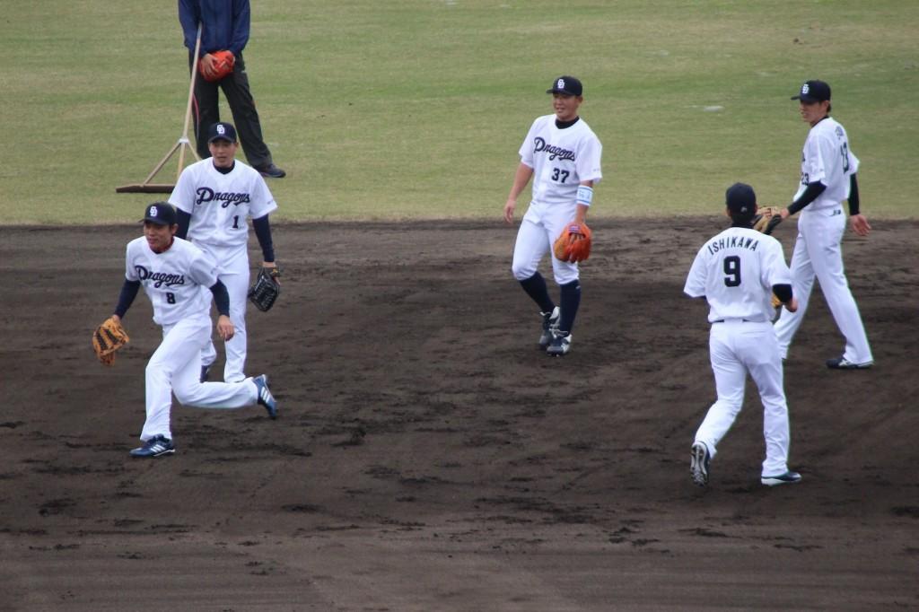大島や友永ら外野手もショートでノックを受ける