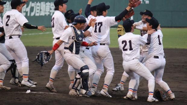 優勝の瞬間(中京学院大)吉川尚輝は右端