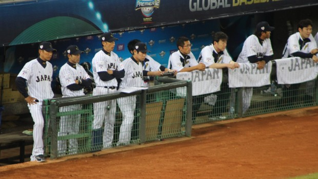 小久保裕紀監督(左)ら日本代表スタッフ